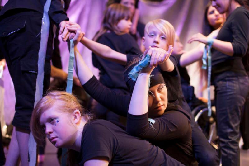 Barn och unga som dansar tillsammans.