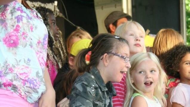 Några barn som sjunger tillsammans.